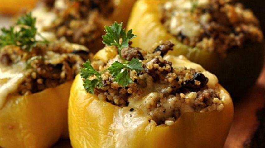 Papryka faszerowana kaszą jaglaną, mięsem i pieczarkami