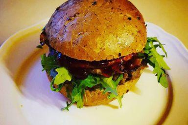 Burger wołowy z domowym sosem bbq i oscypkiem