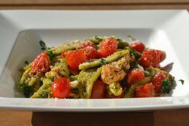Foglie dulivo agli spinaci z pomidorkami cherry i kurczakiem