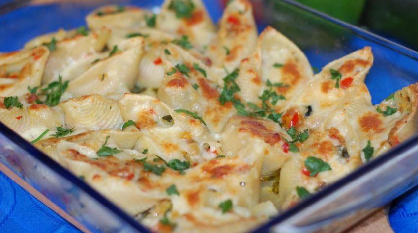 Zapiekane muszle z cukinią , papryką i mozzarellą.