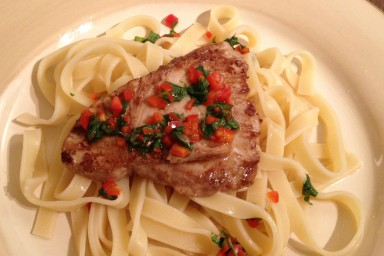 Aromatyczny stek z tuńczyka z makaronem tagliatelle
