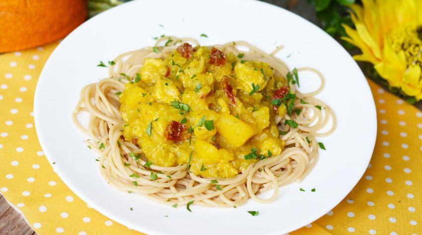 Spaghetti z kurczakiem i aromatycznym sosem z dyni