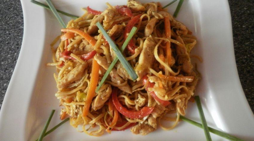 Makaron orientalny z warzywami i kurczakiem