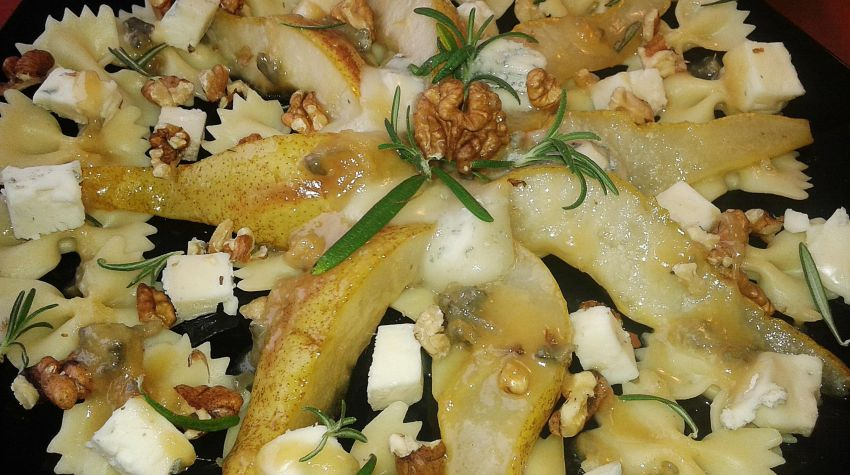 Sałatka makaronowa z karmelizowana gruszką i serami pleśniowymi