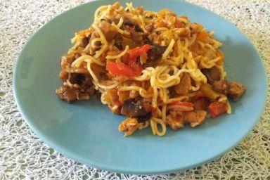 Noodle z wieprzowiną z dodatkiem miodu i chili
