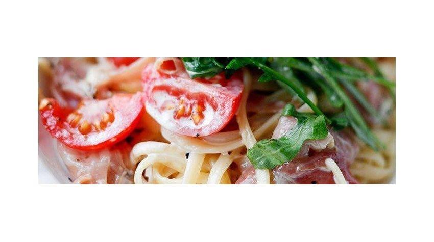Makaron z szynką parmeńską i pomidorami