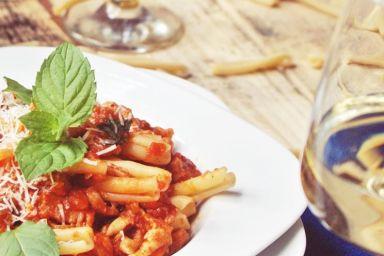 Makaron z flakami w sosie pomidorowym
