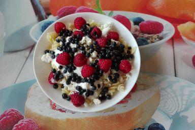Letnie owoce na makaronowej kołderce