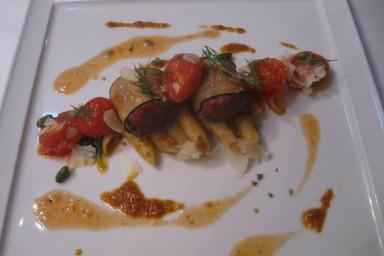 Canelloni z cukinii z pistacjami,mięsem mielonym,z sosem pesto i makaronem penne