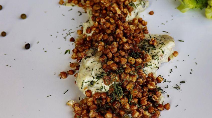 Polędwiczki z w sosie śmietanowo serowym z popkornem z kaszy gryczanej