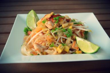 Makaron ryżowy po tajsku z kurczakiem w cieście naleśnikowym