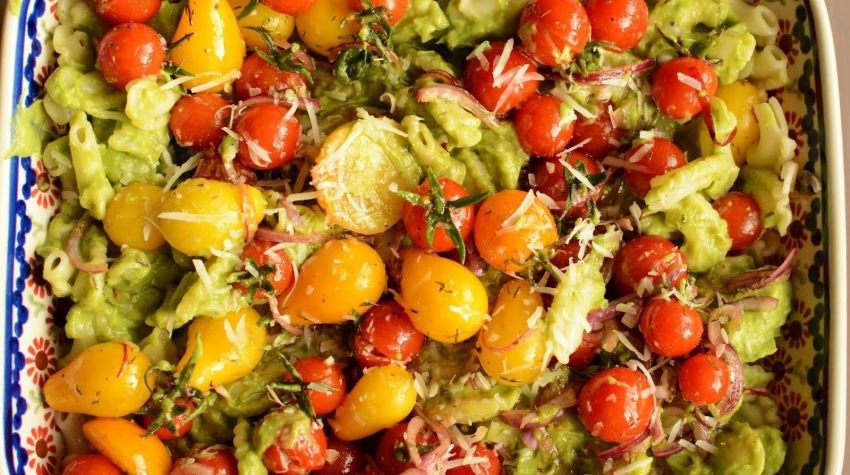 Makaron z sosem z awokado i pomidorkami