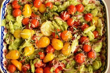 Makaron z kremowym sosem z awokado i pomidorkami