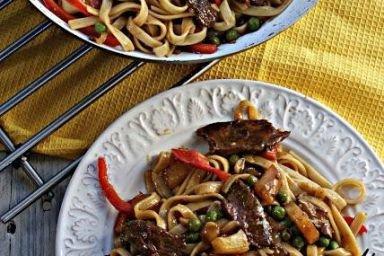 Makaron po chińsku z warzywami i polędwiczką wieprzową w sosie słodko kwaśnym