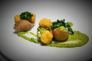 Conchiglioni żytnie faszerowane brokułami i trzema serami z pieczonym serem feta i jarmużem na sosie jarmużowym
