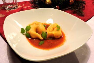 Szafranowe Tortellini z farszem z krewetek i boczku w sosie krewetkowym.