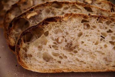 Chleb wiejski z kaszą i orzechami włoskimi