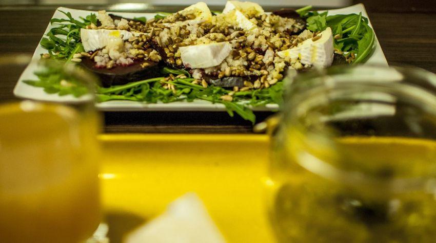 sałatka z pieczonymi burakami, kaszą bulgur oraz camembert