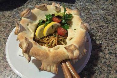 Makaron z owocami morza pod chlebkiem