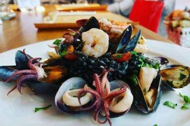 Czarne risotto z owocami morza