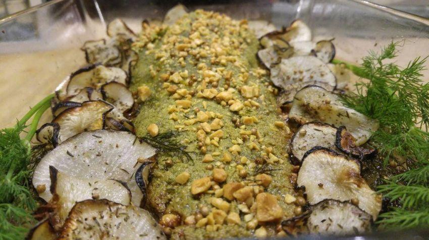 Ryba w kolendrowej skorupce z chipsami z czarnej rzepy