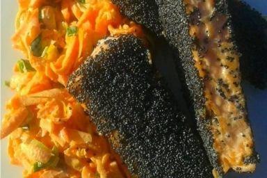 Pstrąg łososiowy w maku na surówce z marchewki i pora