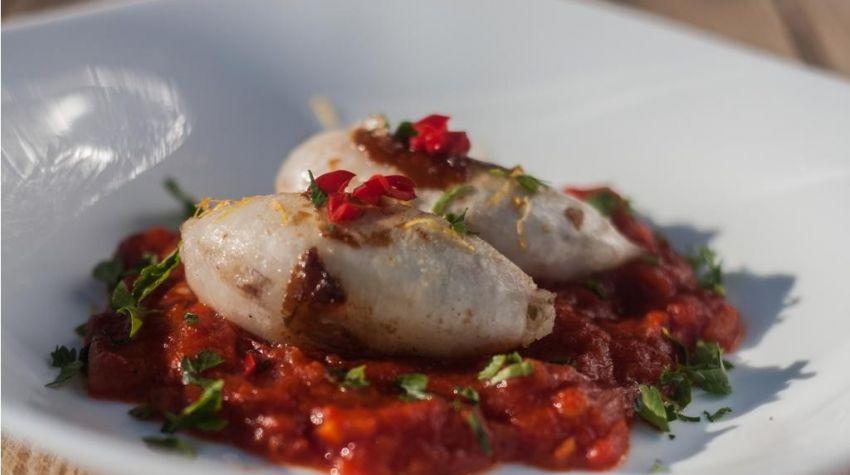 Grillowane kalmary faszerowane ryżem na sosie pomidorowym