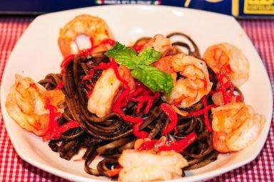 Linguini w atramentowym sosie z krewetkami