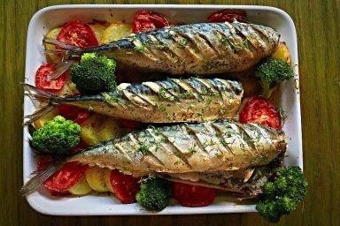 Pieczona makrela z tymiankiem i brokułami