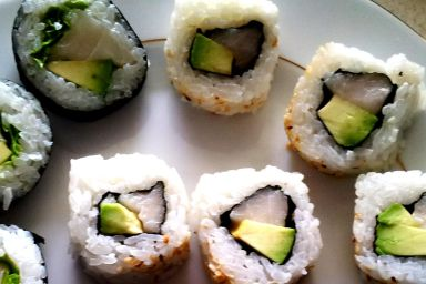 Sushi z białą rybą i awokado