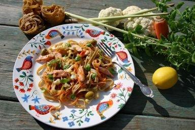 Makaron z warzywami, łososiem o nucie cytrynowej (z lekko słodko gorzkim posmakiem)