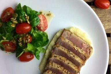 Stek z tuńczyka na puree selerowym z roszponką i prażonym słonecznikiem