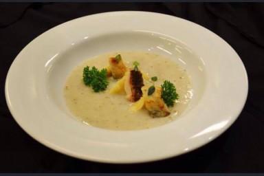 Zupa rybna z wędzonym dorszem i pianą chrzanową