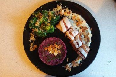 Dorsz smażony z boczkiem oraz serem kozim podawany z sosem beszamelowym oraz gotowanymi brokułami