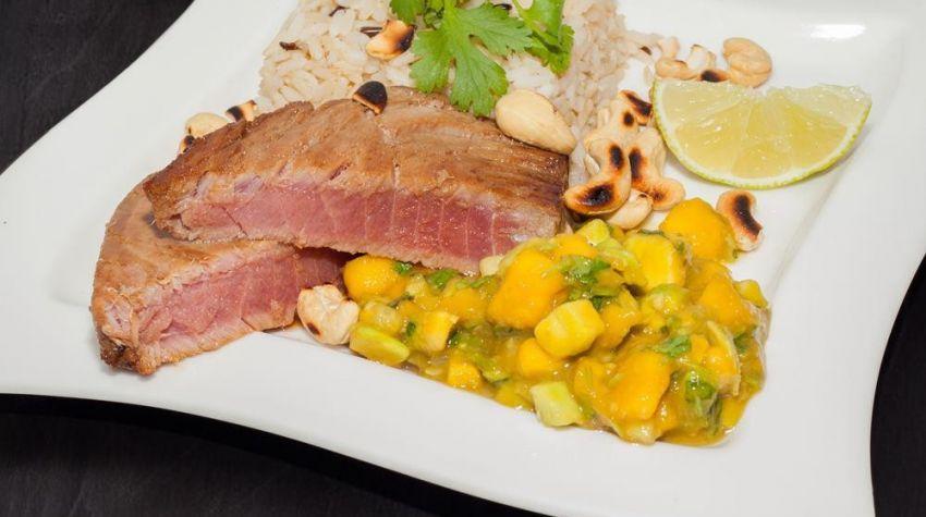 Stek z tuńczyka z tropikalną salsą