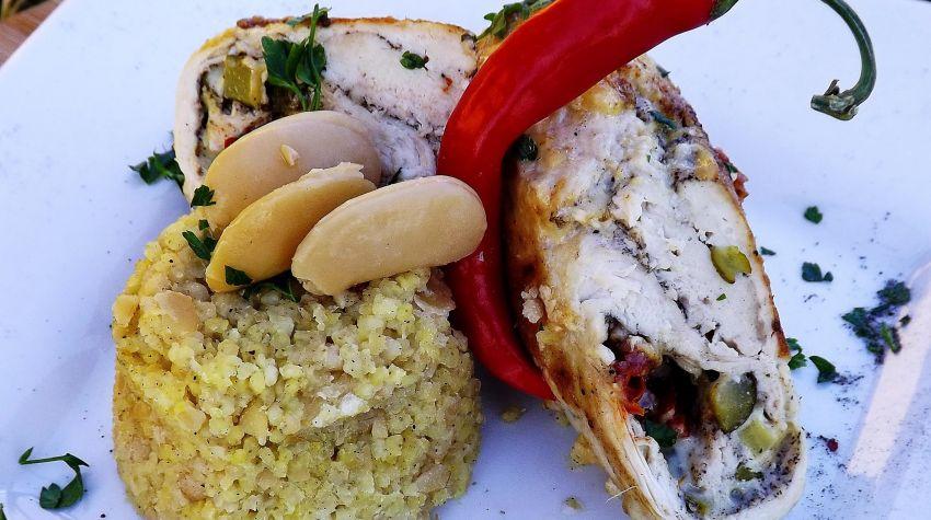 Rolada z kurczaka ostro-serowa z miodowo-fasolową kaszą jaglaną