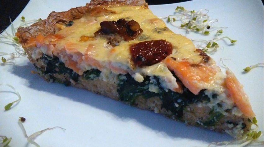 Orkiszowa Tarta z łososiem wędzonym,szpinakiem i serem lazur