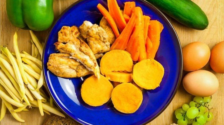 FIT OBIAD: Bataty z grillowaną marchewką i orientalnym kurczakiem