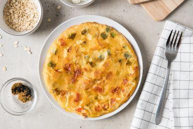 Owsiany omlet z twarogiem i warzywami
