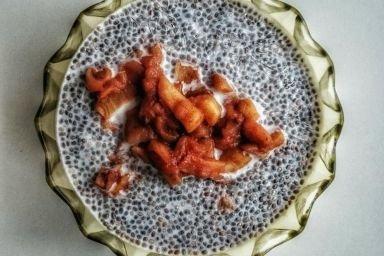 Pudding z nasionami chia ze smażonymi jabłkami