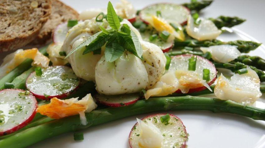Szparagi z jajkiem gotowanym w woreczku i wędzonym halibutem
