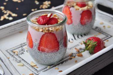 Śniadaniowy pudding z jogurtem i truskawkami