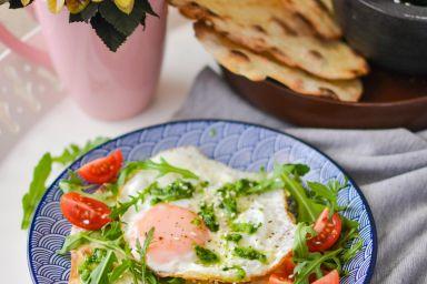 Chrupiące pełnoziarniste chlebki z patelni z jajkiem sadzonym i pesto