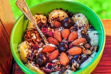 Pożywna i energetyczna mieszanka śniadaniowa z jogurtem naturalnym