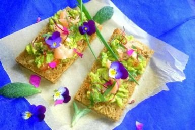 Kanapki z awokado i łososiem