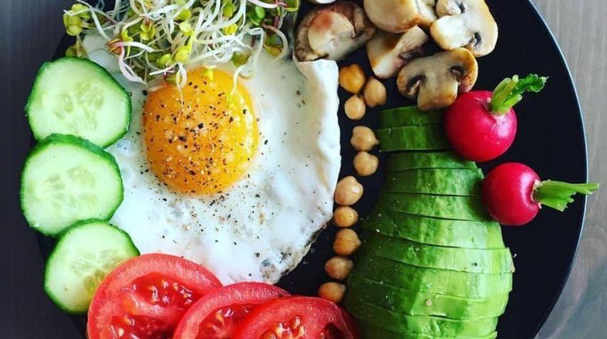 Jajko sadzone z pieczarkami, kremowym awokado i kolorowymi warzywami