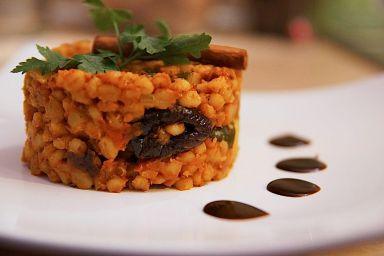 Orientalne curry z pęczakiem, cukinią i suszoną śliwką