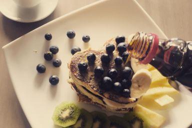 Pancakes z mąki kokosowej z owocami