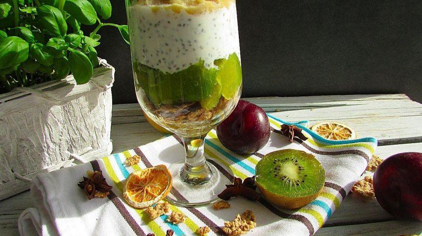 Owoce z chia i jogurtem