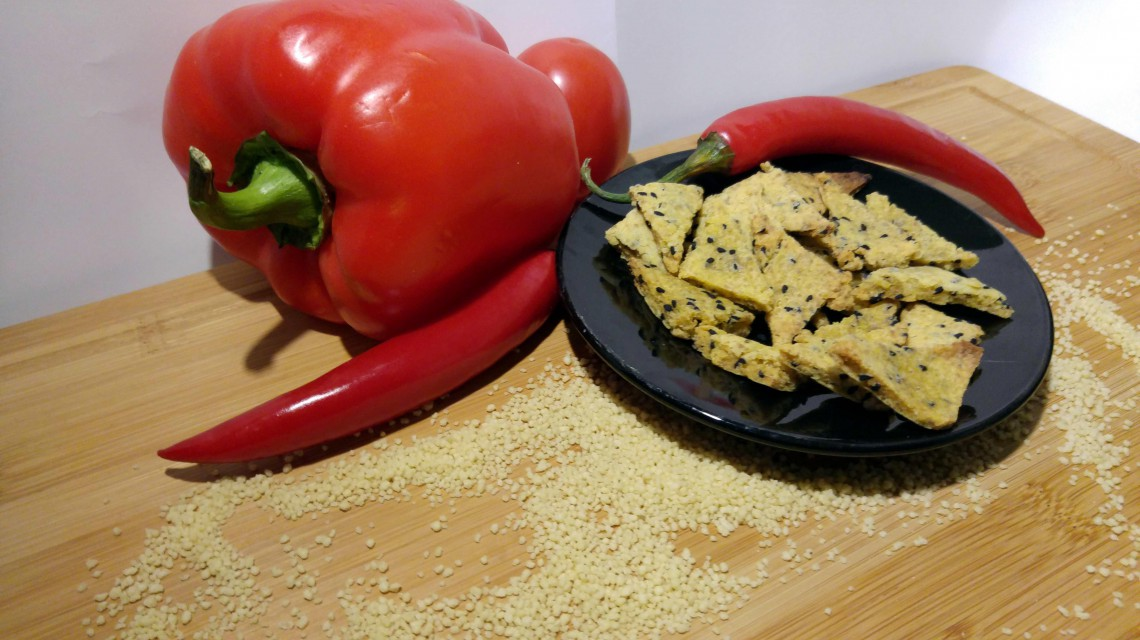Pikantne i chrupiące  trójkąciki a'la nachos z kaszy jaglanej i czarnuszki